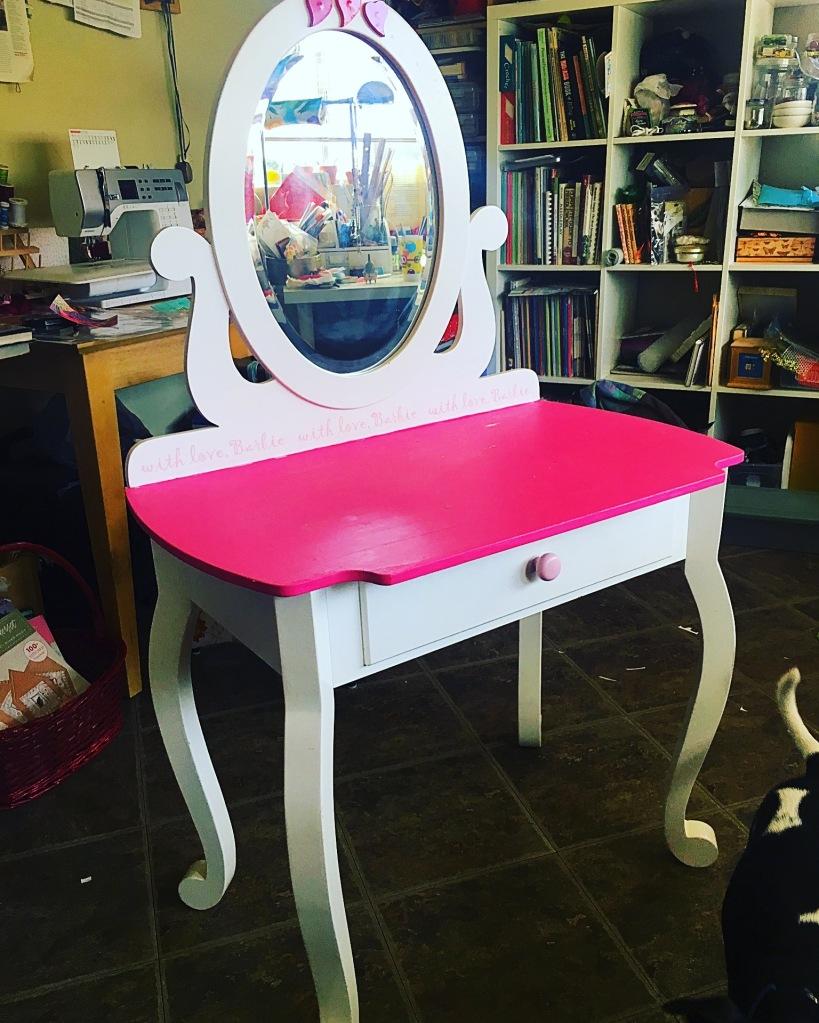 Frida vanity table